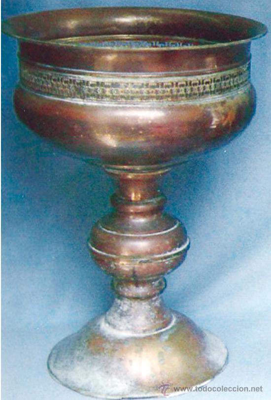 GRAN CENTRO DE PIE EN LATON, POSIBLEMENTE ARABE (Antigüedades - Hogar y Decoración - Maceteros Antiguos)