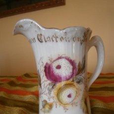 Antigüedades: JARRA. BAVARIA. A PRESENT FROM CLACTON-ON-SEA. FLORES A MANO.DORADOS.C.1900 MANDO GRATIS PENINSULA. Lote 30622460