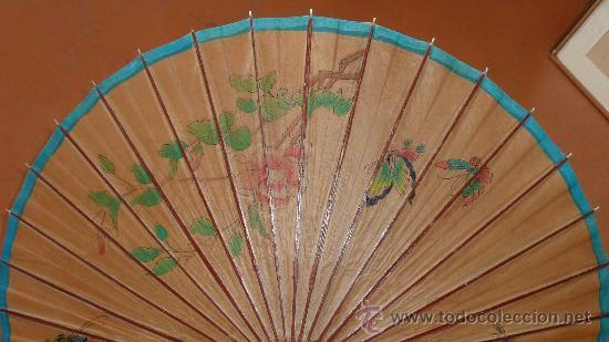 Antigüedades: Antigua sombrilla de papel y pintada a mano. Tematica oriental. - Foto 2 - 30613870