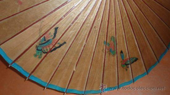 Antigüedades: Antigua sombrilla de papel y pintada a mano. Tematica oriental. - Foto 3 - 30613870