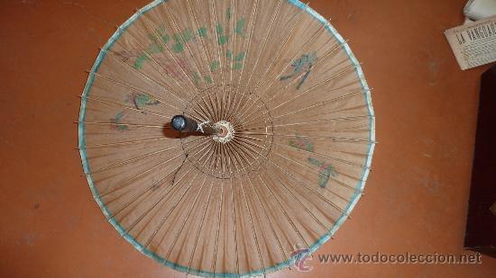 Antigüedades: Antigua sombrilla de papel y pintada a mano. Tematica oriental. - Foto 6 - 30613870
