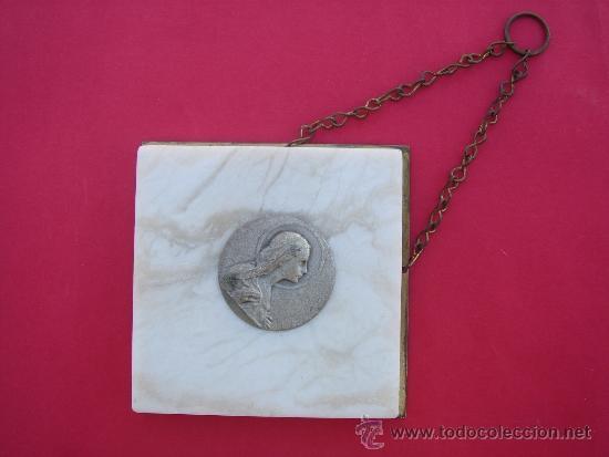 MEDALLA RELIGIOSA ANTIGÜA, INCRUSTADA EN PLANCHA DE MÁRMOL -CORAZÓN DE MARÍA-. 3 CMS DIÁMETRO. (Antigüedades - Religiosas - Medallas Antiguas)
