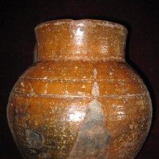 Antigüedades: PUCHERO O ORZA ANTIGUA Y GRANDE EN BARRO EN PARTE VIDRIADO.. Lote 30682917