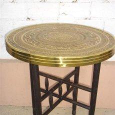 Antigüedades: MESA ORINETAL DE TAPA DE METAL. Lote 30688623