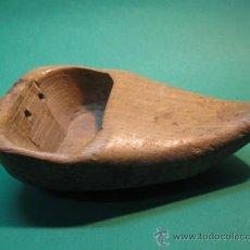 Antigüedades: ANTIGUA ZOQUETA EN MADERA, SGXIX. PP.SG.XX. MIDE 13 X 8 CM. . Lote 30693963