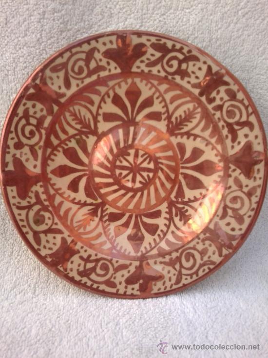 PLATO CON REFLEJOS METÁLICOS MANISES (Antigüedades - Porcelanas y Cerámicas - Manises)