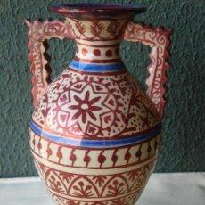 Antigüedades: ANTIGUO JARRÓN CON REFLEJOS METALIZADOS CON FIRMA G. V.. Lote 30724182