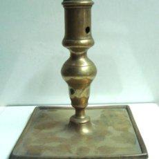 Antigüedades: PORTAVELAS ANTIGUA DE BRONCE DEL SIGLO XVIII. Lote 30736841