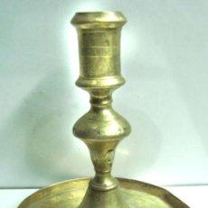 Antigüedades: ANTIGUA PORTAVELAS DE BRONCE. Lote 30737350