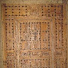 Antigüedades: PORTÓN DE MADERA CON HERRAJES Y PUERTA.. Lote 30770544