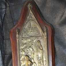 Antigüedades: ANTIGUA PLACA RELIGIOSA FIRMADA CON VIRGEN DE LOURDES SOBRE MADERA. Lote 30912334