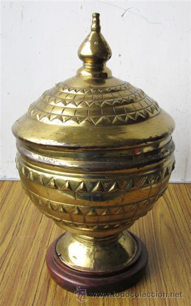 COPA LATON – BRONCE .. CON BASE DE MADERA (Antigüedades - Hogar y Decoración - Copas Antiguas)
