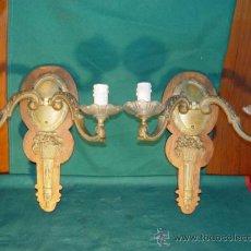 Antigüedades: PAREJA DE APLIQUES BRONCE CON BASE DE MADERA. APLIQUE MODELO CLASICO.. Lote 30911146