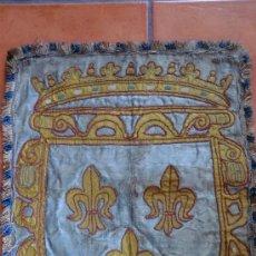 Antigüedades: ESTANDARTE O PEQUEÑO TAPIZ SXVIII CON ESCUDO Y FLOR DE LYS. EN HILO Y SEDA.. Lote 30884977