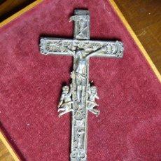 Antigüedades: CRUCIFIJO ANTIGUO DE MADERA Y ESTAÑO. Lote 23610489
