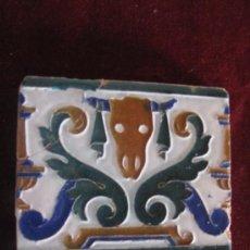 Antigüedades: AZULEJO ANTIGUO DE TALAVERA ( TOLEDO ) CERAMICA RUIZ DE LUNA - MEDIADOS S/ XX- BUCRANEO.. Lote 30922601