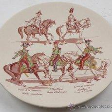 Antigüedades: PLATO DE CERÁMICA FRANCES, CON SOLDADOS A CABALLO, 21,5 CM. DIÁMETRO. Lote 30998091