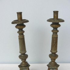 Antigüedades: PAREJA DE CANDELABROS PORTAVELAS.BRONCE.24 X 8 CM.. Lote 31012953