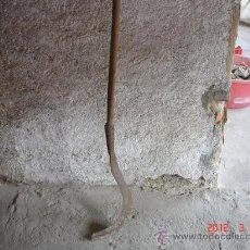 Antigüedades: HOZ DE HIERRO CON MANGO LARGO DE MADERA. Lote 31073928