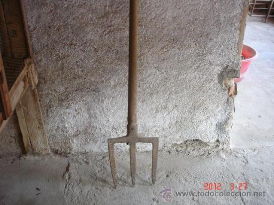 FANGA: TRIDENTE DE HIERRO CON MANGO LARGO Y EMPUÑADURA PARA REMOVER LA TIERRA EN PEQUEÑOS HUERTOS (Antigüedades - Técnicas - Rústicas - Agricultura)