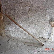 Antigüedades: AZADA LARGA PARA HACER SURCOS DE RIEGO, CON MANGO LARGO. Lote 31074038