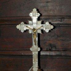 Antigüedades: CRISTO BRONCE EN CRUZ DE MADERA, HUESO Y NACAR. S XIX.. Lote 31111404