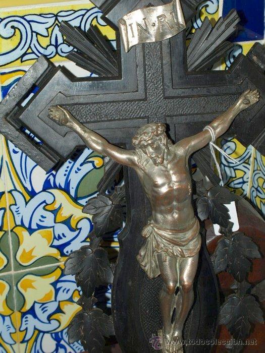 CRISTO COBRE EN CRUZ MADERA TALLADA. C 1920. (Antigüedades - Religiosas - Crucifijos Antiguos)