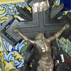 Antigüedades: CRISTO COBRE EN CRUZ MADERA TALLADA. C 1920.. Lote 31111464