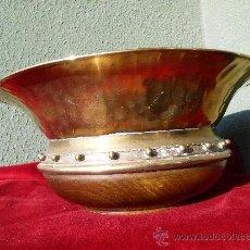 Antigüedades: GRAN CENTRO DE MESA DE BRONCE CON BASE DE MADERA. Lote 29876330