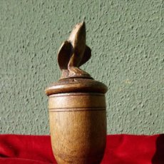 Antigüedades: ANTIGUA COPA DE MADERA TALLADA CON PÁJARO. Lote 31167495
