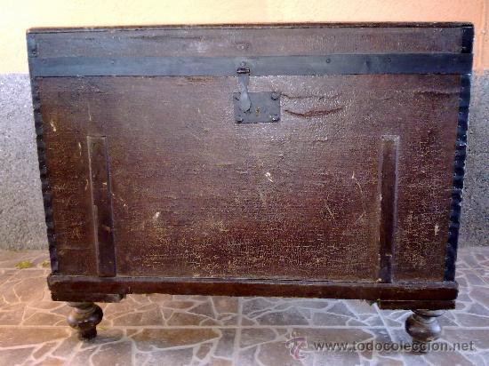 ANTIGUO BAUL DE MADERA, FORRADO DE UNA ESPECIE DE POLIPIEL (Antigüedades - Muebles Antiguos - Baúles Antiguos)