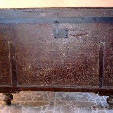 Antigüedades: ANTIGUO BAUL DE MADERA, FORRADO DE UNA ESPECIE DE POLIPIEL. Lote 31245914