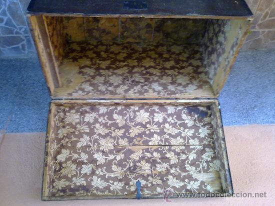 Antigüedades: antiguo baul de madera, forrado de una especie de polipiel - Foto 3 - 31245914