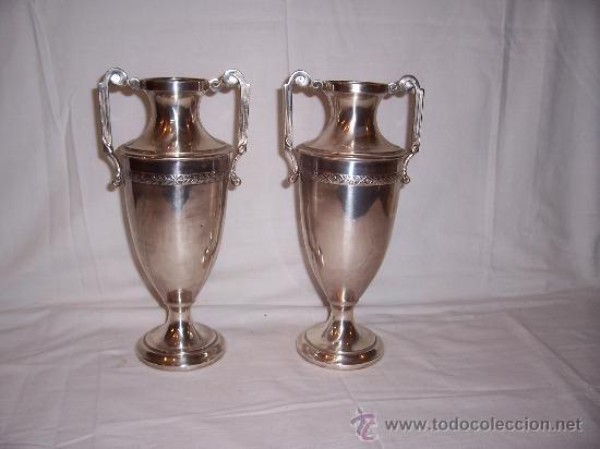 pareja de jarrones de altar en metal plateado de la primera mitad del siglo xx