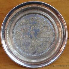 Antigüedades: BANDEJA POSABOTELLAS DE LA MARCA CHRISTIAN DIOR SILVER PLATED MADE IN ENGLAND MAGNIFICO GRABADO. Lote 176354340