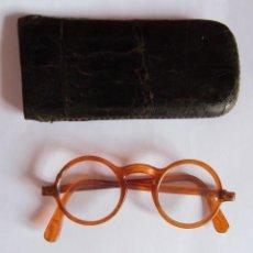 Antigüedades: ANTIGUAS GAFAS CON SU FUNDA DE PIEL . Lote 130715633