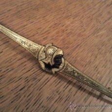 Antigüedades: ANTIGUO SUJETA CORBATA EN METAL DAMASQUINADO. Lote 31319919