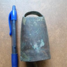 Antigüedades: CENCERRO O CAMPANILLA ANTIGUA, CON BADAJO DE HUESO.. Lote 31388063