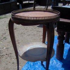 Antigüedades: MESITA DE MADERA, BORDE DE LATÓN Y MARMOL.. Lote 31404916