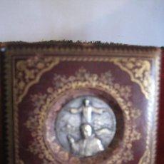 Antigüedades: MEDALLA CONMEMORATIVA AÑO SANTO ROMA 1.933-1.934, ENMARCADA EN CUADRITO FORRADO DE CUERO.. Lote 31414493