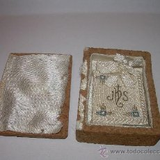 Antigüedades: ANTIGUO ESCAPULARIO DE TELA. CON SU CAJA ORIGINAL DE CORCHO.. Lote 45385320