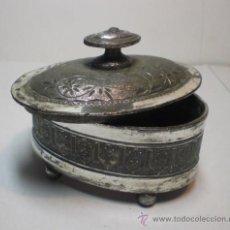 Antigüedades: ANTIGUA CAJA DE PELTRE. CON TAPA. FECHADA EN 1880. BAÑADA EN PLATA. Lote 31467626