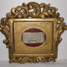 Antigüedades: ANTIGUO RELICARIO VITRINA. CON TEXTO Y FECHA, SAN MANUEL JUAN (DECAPITADO). RELIQUIA EN TELA.. Lote 31501214