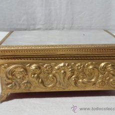 Antigüedades: PRECIOSO JOYERO DE LATÓN CON TAPA DE NACAR.. Lote 31508940
