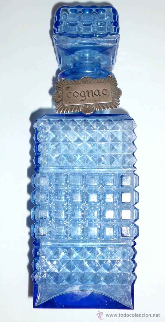 BOTELLA DE VIDRIO AZUL PARA COÑAC, CON PLAQUITA EN PLATA (Antigüedades - Cristal y Vidrio - Otros)