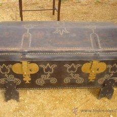 Antigüedades: BAUL ANTIGUO EN MADERA Y CUERO CON BURRIQUETA. Lote 31550369