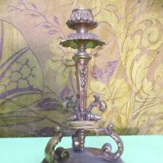 Antigüedades: BONITA Y ANTIGUA BASE DE LAMPARA DE SOBREMESA DE BRONCE (LATON). Lote 31631784