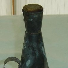 Antigüedades: UTENSILIO ANTIGUO PARA SULFATAR EN HOJALATA CON ASA DIAMETRO BASE 10 CMS ALTURA 25 CMS.. Lote 31633278