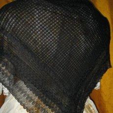 Antigüedades: CONSERVADA Y ANTIGUA MANTELETA EN SEDA HECHA A MANO. MIDE 90 X 90 CM. VESTIMENTA TRADICIONAL SG.XIX.. Lote 31680683