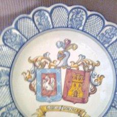 Antigüedades: PLATO ESCUDO HERALDICO CERAMICA TALAVERA EL CARMEN GARCIA GONZALEZ. Lote 31761888